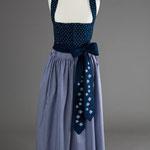 Blaues Baumwoll-Dirndl mit blau-weiß karierter Baumwollschürze - Schürzenbänder handbedruckt.