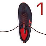 Tauschen Sie zunächst die Senkel in Ihren Runnertune Laufschuhen durch das beiliegende, längere Paar aus. Fädeln Sie den neuen Senkel soweit nach oben ein wie der ursprüngliche Senkel eingefädelt war.