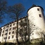 Letzter Blick auf die in der Sonne strahlend weiße Burg