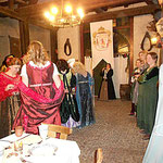Die Feierhalle füllt sich mit kostbaren Roben.