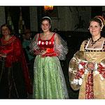 Gleich drei Damen haben viele Nüsse in der Hand.