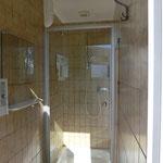Eine der vier Duschkabinen