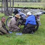 Männer beim Motorrad reparieren
