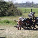 Sarah am Fahrrad von Stefan, El Rocio