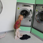 Sarah beim Waschmasschine ausräumen