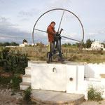Stephanie beim Wasserpumpen, Torres del Aires