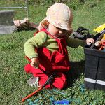 Sarah am Werkzeugkasten