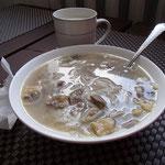 traditionelle mongolische Nudelsuppe mit Milchtee in Bulgan