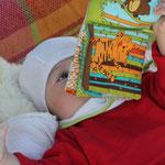 Sarah beim Buchlesen