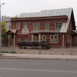 Hummer-stretchlimousine vor dem Museum für politisch Verfolgte