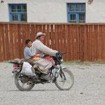 Mann mit Sohn auf Motorrad, Bayanzaghan
