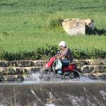 Motorrolerfahrer im Wasser