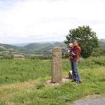 männlicher Skulpturenmenhir bei Pousthomy