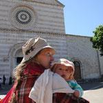Stephanie, Sarah vor der San Chiara Kirche, Stillpunkt