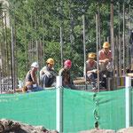 Bauarbeiter die sich von uns ablenken lassen in Khujirt