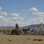 Ovoo mit buddhistischen Heiligtum in der Wueste