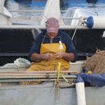 Fischer beim Netzflicken