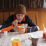 Stephanie isst leckere Pilzsuppe