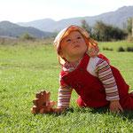 Sarah m. neuer Krabbelhose und Igel, Hecho