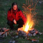 Stephanie beim Feuermachen