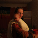 Mutter m. Kind in festem Zuhause
