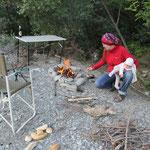 Frauen beim Feuermachen