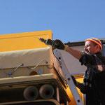 Anbringen der Plane für den Führerhausdachgepäckträger