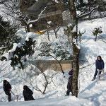 神社近くのトイレの雪下ろし。2m近く積もっててビビった…