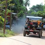 Rauchender Laster mit offenem Motor