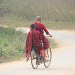 zwei junge Mönche unterwegs