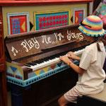 Mara am Klavier