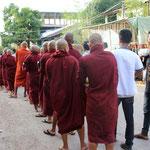 Mönche auf Betteltour, Mawlamyine