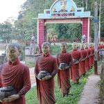 Mönchsfiguren in der Umgebung von Hpha-an