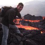 Nicolas Des Ormeaux avec de la lave du volcan Pacaya au Guatemala