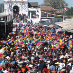 Foule de la plaza y mercado du marché chichicastenango au Guatemala