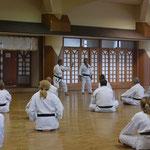 Taira Sensei und Nagamine Soke bei Detailerklärungen