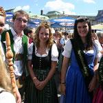 Hopfen-, Erdäpfel-, Wein- und weitere Prinzessinen als Aufputz.
