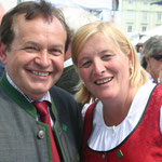 """Elfriede Maisetschläger, die Dirndlkönigin mit """"ihrem"""" Bürgermeister."""