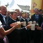 Politische und wirtschaftliche Prominenz trinkt auf das Fest.
