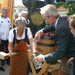 LR Petra Bohuslav bei Freibier-Anstich, assistiert von Karl Schwarz (Brauerei Zwettl).