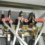 停電作業時の短絡接地取付。断路器の電源側に付けるのが基本です。