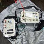 高電圧絶縁抵抗測定器による高圧ケーブル診断  左はレコーダーです