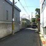 ③線路沿いに歩くとすぐに地下道の入り口が見えます