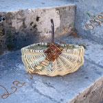 panier sur arceaux en vannerie sauvage (saule, châtaignier et clématite)