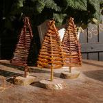 décorations de Noël : petits sapins en osier brut