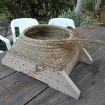 montage d'une ruche en jonc et ficelle de lin