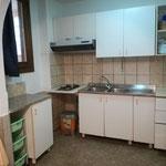 cucina a gas 2 fuochi (no forno), lavello, frigo, freezer, piani, pensili, stoviglie