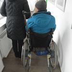 Begegnung von Rollstuhlfahrer und Fußgänger