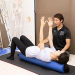 これはストレッチポールを使った優しい体幹のトレーニングです。