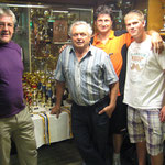 Obmann Franz und Präsi Wolfgang mit den Pokalgewinnern